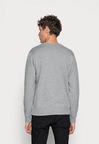 Calvin Klein Jeans - ICONIC MONOGRAM CREWNECK - Sweatshirt - mid heather grey - 2