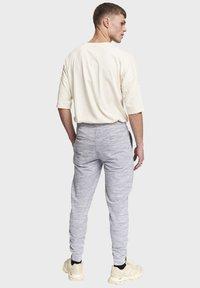 Redefined Rebel - PATRICK - Tracksuit bottoms - light grey melange - 2