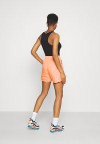 Nike Sportswear - Shorts - atomic orange/black - 2