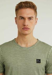 CHASIN' - Basic T-shirt - green - 3