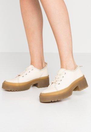 Šněrovací boty - sand