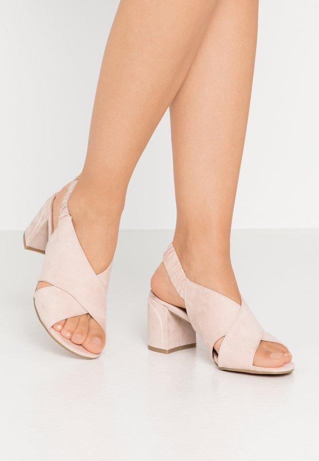 Sandaalit nilkkaremmillä - powder
