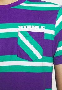 STAPLE PIGEON - STRIPED POCKET TEE UNISEX - Print T-shirt - teal - 5
