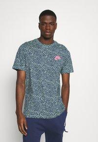 Nike Sportswear - BRAND RIFFS - T-shirt con stampa - cucumber calm - 0