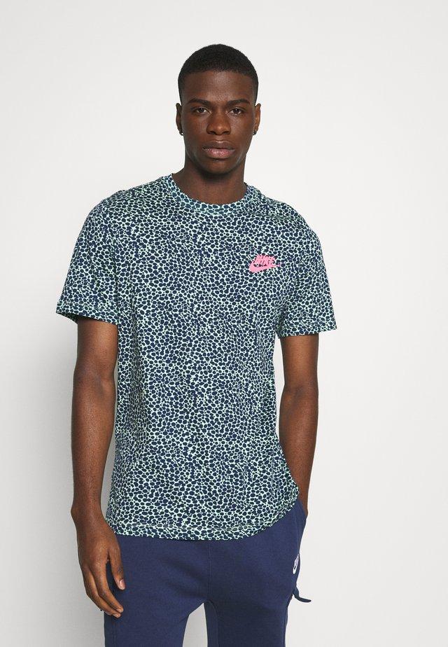 BRAND RIFFS - Print T-shirt - cucumber calm