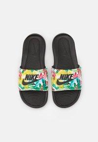 Nike Sportswear - VICTORI ONE SLIDE PRINT - Klapki - black/white - 4
