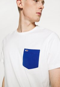 Tommy Jeans - CONTRAST POCKET TEE  - Print T-shirt - white - 5