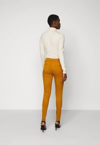 Vero Moda Tall - VMHOT SEVEN MR SLIM PUSH UP PANT - Trousers - buckthorn brown - 2
