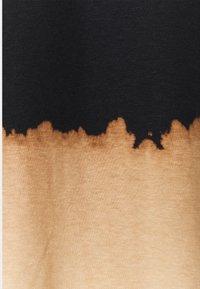 Afends - ISIAH RETRO FIT TEE UNISEX - Triko spotiskem - black bleach dip dye - 2