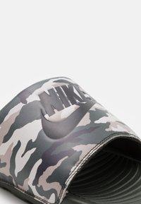 Nike Sportswear - VICTORI ONE SLIDE PRINT - Matalakantaiset pistokkaat - sequoia/desert sand/cargo khaki/stone - 5