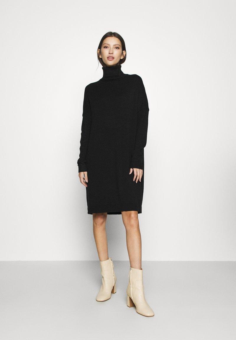 Vila - VIRIL ROLLNECK  - Strikket kjole - black