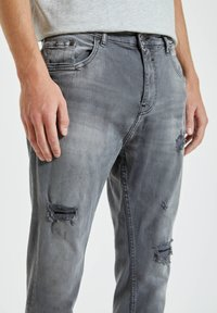 PULL&BEAR - Zúžené džíny - grey - 4