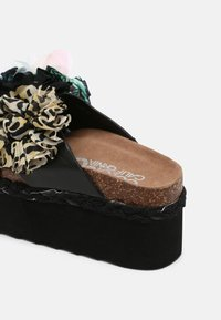 Colors of California - BES WITH FLOWER MIX - Mules à talons - black - 5