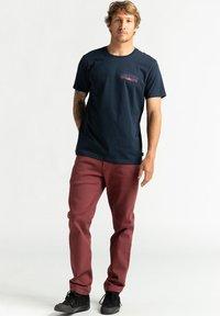 Billabong - OKAPI - Print T-shirt - navy - 1