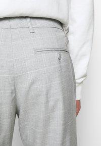 Les Deux - COMO CHECK SUIT PANTS - Trousers - grey melange/offwhite - 4