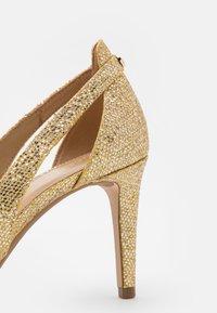 MICHAEL Michael Kors - CERSEI FLEX MID - Classic heels - pale gold - 6