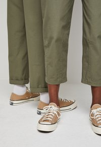 Converse - SHAPES TRIANGLE FRONT UNISEX - Trousers - field surplus - 4