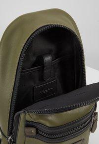 Coach - ACADEMY PACK - Across body bag - light olive - 4
