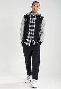 Urban Classics - 2-TONE ZIP HOODY - Zip-up hoodie - black/grey - 1