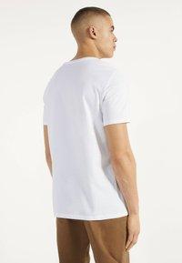 Bershka - MIT RUNDAUSSCHNITT - Basic T-shirt - white - 2