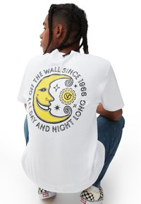 Vans - MN DAY AND NIGHT SS - Print T-shirt - white - 2