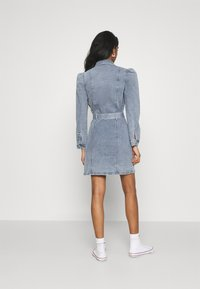 ONLY - ONLMONICA LIFE DRESS - Denimové šaty - light blue denim - 2