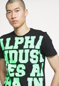Alpha Industries - Triko spotiskem - black/neon green - 4
