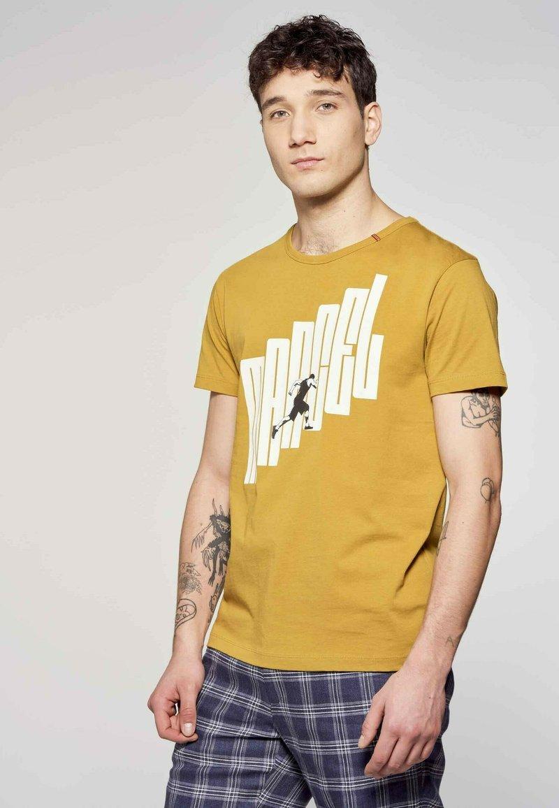 MDB IMPECCABLE - Print T-shirt - ochre