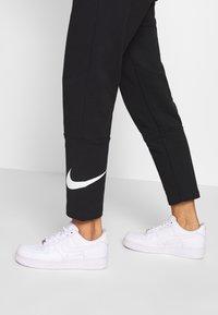 Nike Sportswear - W NSW SWSH PANT FT - Joggebukse - black/white - 5