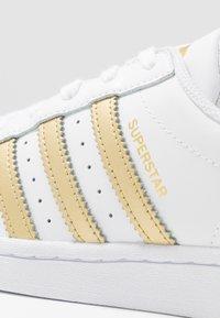 adidas Originals - SUPERSTAR - Sneakers laag - footwear white/gold metallic - 2
