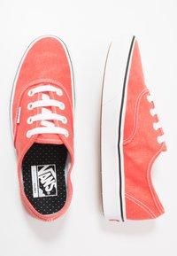 Vans - UA COMFYCUSH AUTHENTIC - Sneakersy niskie - grenadine - 1