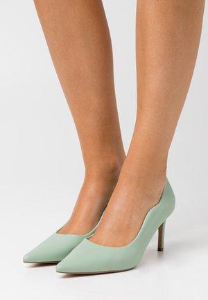 WAVY EDGE - Tacones - green