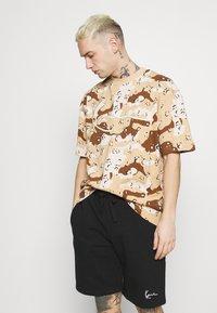 Karl Kani - T-shirt med print - sand - 3