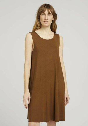 MIT RÜCKENDETAIL - Robe d'été - caramel brown