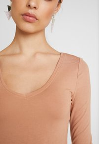 Even&Odd - 2 PACK BODYSUIT BASIC - Long sleeved top - camel/black - 8