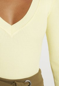 Missguided - PLUNGE V NECK BODY - Stickad tröja - lemon - 4