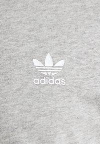adidas Originals - TECH TEE UNISEX - T-shirt imprimé - medium grey heather - 7