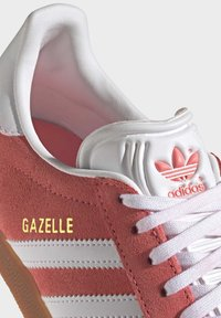 adidas Originals - GAZELLE SHOES - Sneakers laag - red - 7