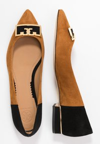 Tory Burch - GIGI POINTY TOE FLAT - Baleríny - dark tiramisu/perfect black - 3