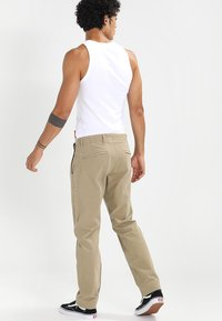 DOCKERS - SMART FLEX ALPHA LIGHTWEIGHT TEXTURED - Chinos - british khaki - 3