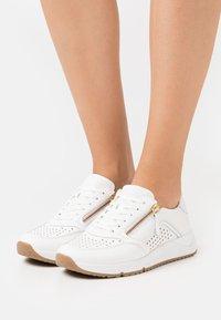 Gabor Comfort - Sneakers laag - weiß/gold - 0