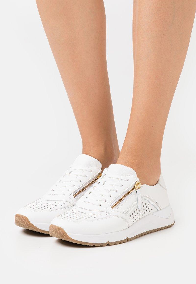 Gabor Comfort - Sneakers laag - weiß/gold