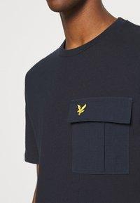 Lyle & Scott - POCKET  - T-shirt med print - dark navy - 4