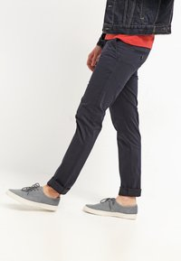DOCKERS - BEST PRESSED INSIGNIA EXTRA SLIM - Chinos - navy - 3