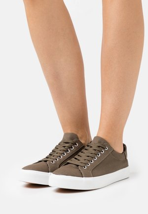 WIDE FIT BUSSELTON - Trainers - khaki
