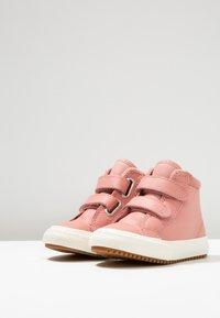 Converse - CHUCK TAYLOR ALL STAR - Lära-gå-skor - rust pink/burnt caramel - 0