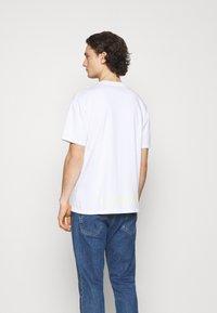 Nike Sportswear - TEE WORLD TOUR - T-shirt imprimé - white - 2