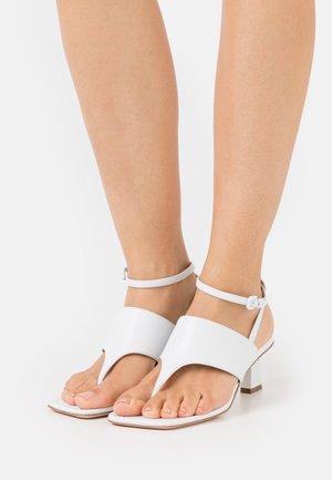 CAPRERA - Sandály s odděleným palcem - bianco