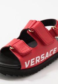 Versace - LOGO - Sandaalit nilkkaremmillä - passion/oro caldo - 5