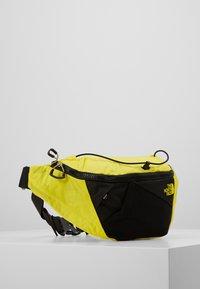 The North Face - LUMBNICAL S UNISEX - Bältesväska - lemon/black - 2